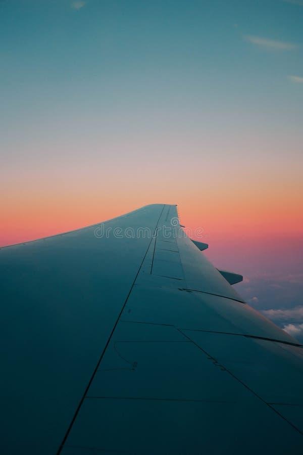 Captura vertical de un ala de un avión capturada desde la ventana del avión imagen de archivo libre de regalías