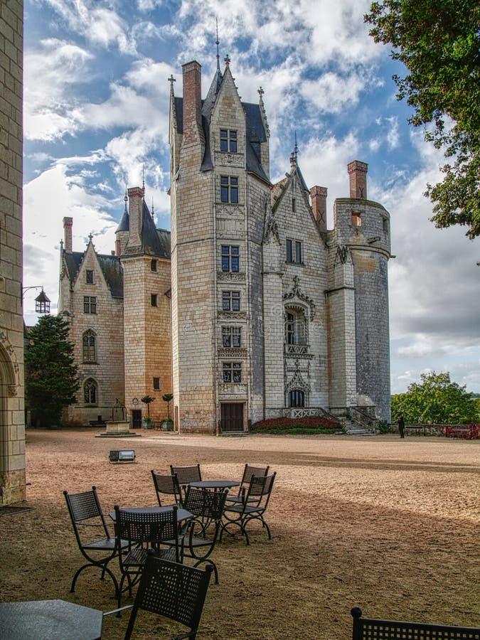 Captura vertical del famoso castillo de Montreuil-Bellay en Francia fotos de archivo libres de regalías