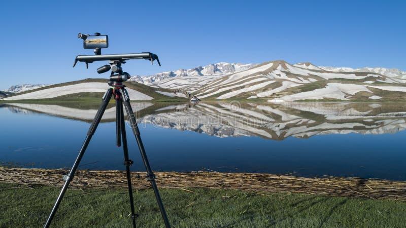 Captura y presentación video de las montañas en las montañas imagen de archivo libre de regalías
