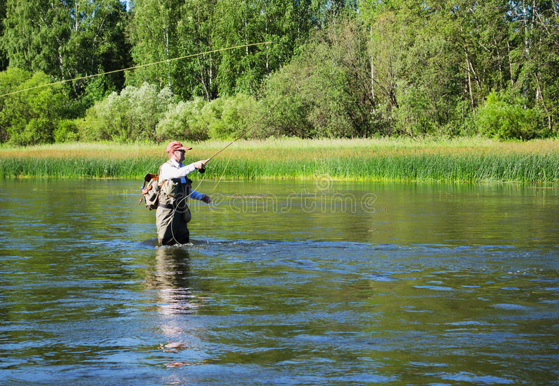 Capturas del pescador de la pesca con mosca del cacho en el río de Chusovaya imagen de archivo libre de regalías