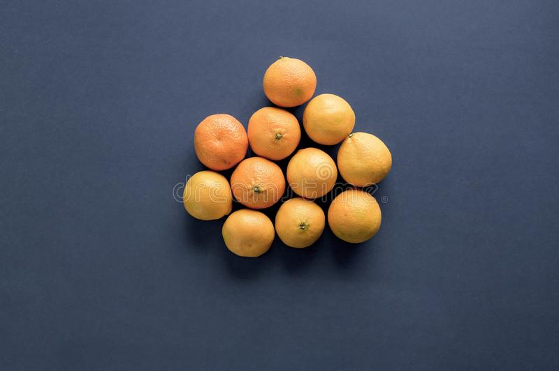 Capture d'oranges sur une surface bleue photo libre de droits