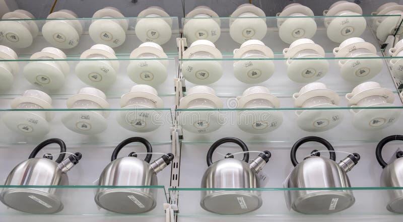 Capture en bas de l'angle de bouilloires et de tasses de thé sur les étagères d'une boutique capturée à Dallas, États-Unis photographie stock libre de droits