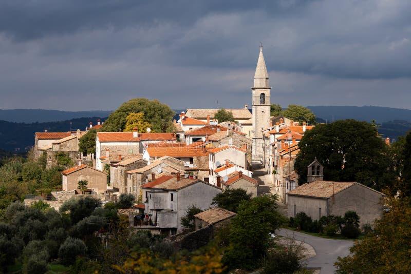 Capture en grand angle du village de Draguc en Croatie sous le ciel nuageux foncé photo stock