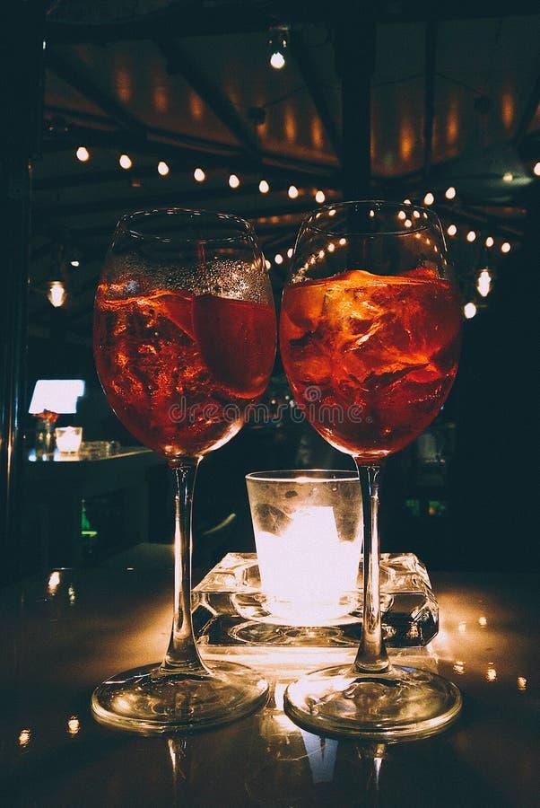 Capture verticale de deux verres avec boissons fraîches glacées dans un restaurant avec fond flou photographie stock