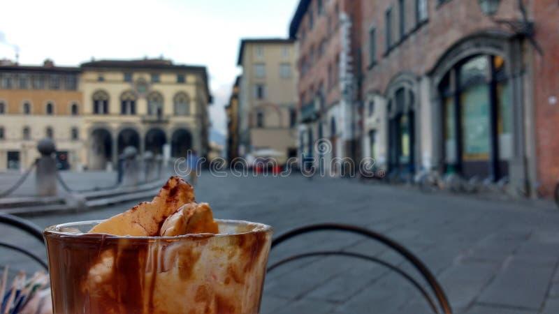 Capuccino i Lucca, Italien royaltyfria bilder
