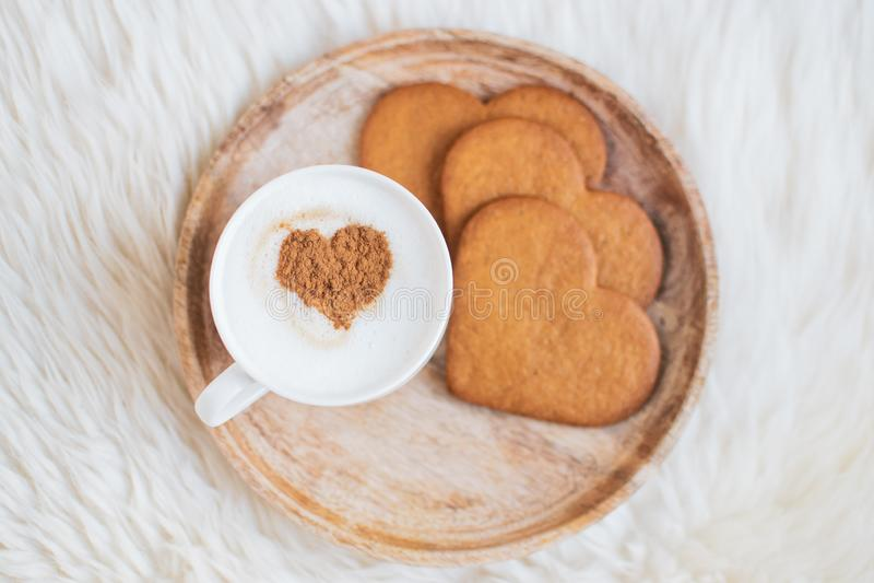 Capuchino con el modelo del corazón del canela, galletas, día de San Valentín imágenes de archivo libres de regalías