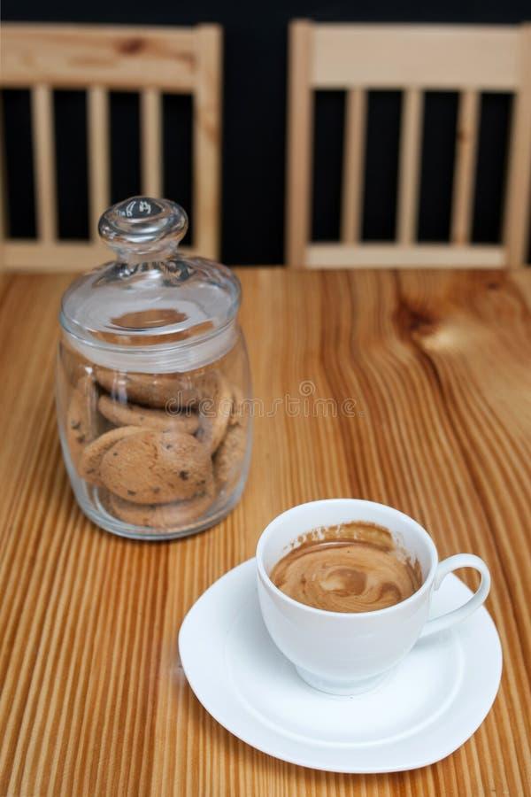 Capuchino de la taza de las galletas del tarro de la galleta del café de la mañana imagenes de archivo