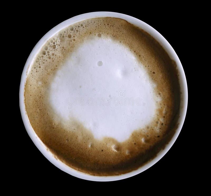 Capuchino del café en una taza blanca aislada en el fondo negro con la trayectoria de recortes Visión superior Primer imagen de archivo
