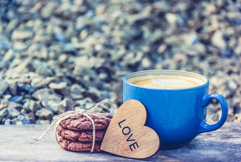 Capuchino y chocolate Chip Cookies Taza de caf? y de galletas Concepto rom?ntico fotografía de archivo libre de regalías