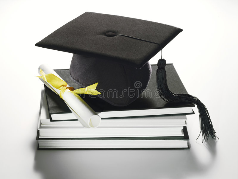 Capuchon et diplôme scolaires photographie stock libre de droits