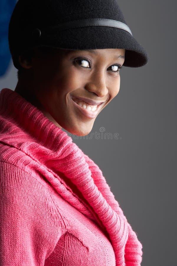 Capuchon s'usant à la mode et tricots de jeune femme photo stock