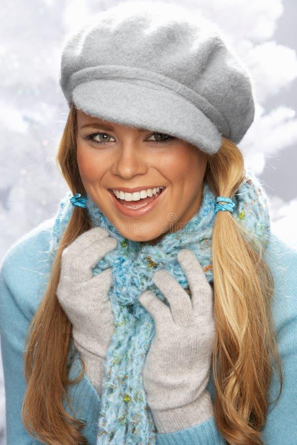 Capuchon s'usant et tricots de jeune femme dans le studio photo libre de droits