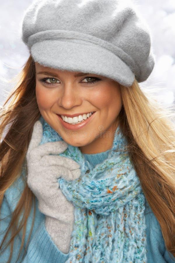 Capuchon s'usant et tricots de jeune femme dans le studio photos stock