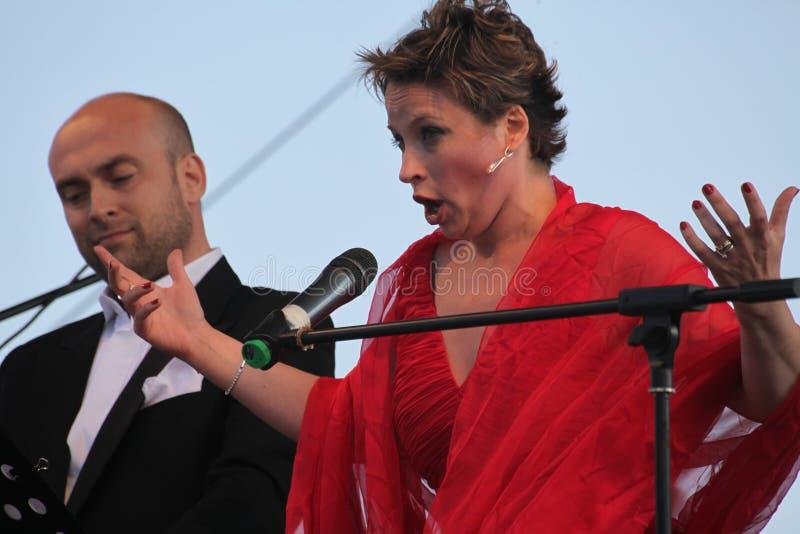 Caputo d'Aldo d'étoile d'opéra de duo d'opéra, tenor, et soprano italiens de schillaci de Daniela (La Scala, Italie), sur l'étape photographie stock