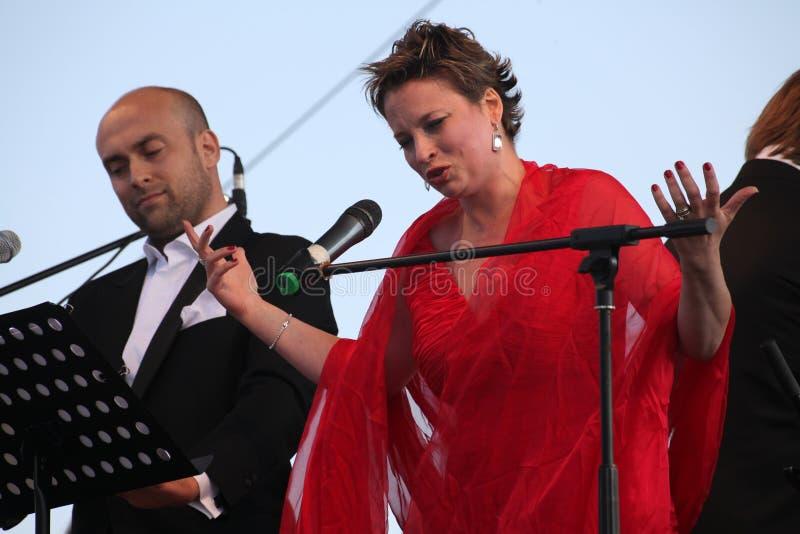 Caputo d'Aldo d'étoile d'opéra de duo d'opéra, tenor, et soprano italiens de schillaci de Daniela (La Scala, Italie), sur l'étape images stock