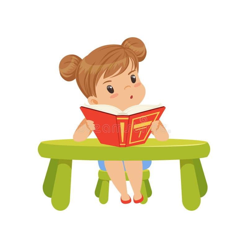 Carácter dulce de la niña que se sienta en la tabla y que lee un ejemplo del vector del libro en un fondo blanco stock de ilustración