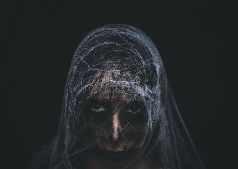 Carácter espeluznante cubierto con el spiderweb en fondo negro fotografía de archivo libre de regalías
