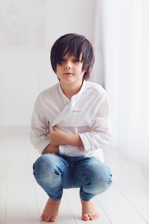 Carácter joven del muchacho del manga del animado que presenta descalzo en sitio brillante imagenes de archivo