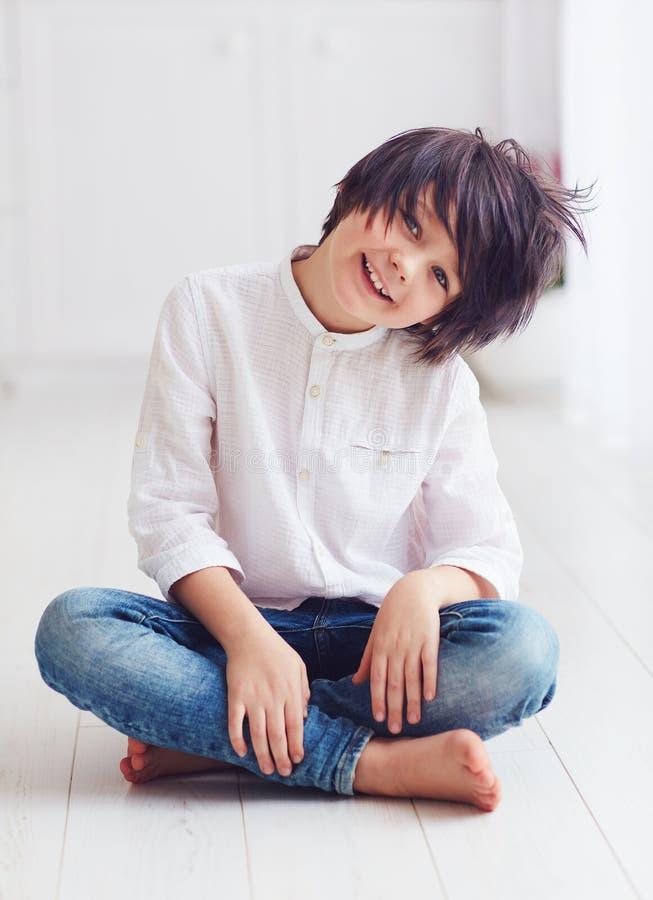 Carácter joven sonriente del muchacho del manga del animado que presenta descalzo en sitio brillante fotografía de archivo libre de regalías