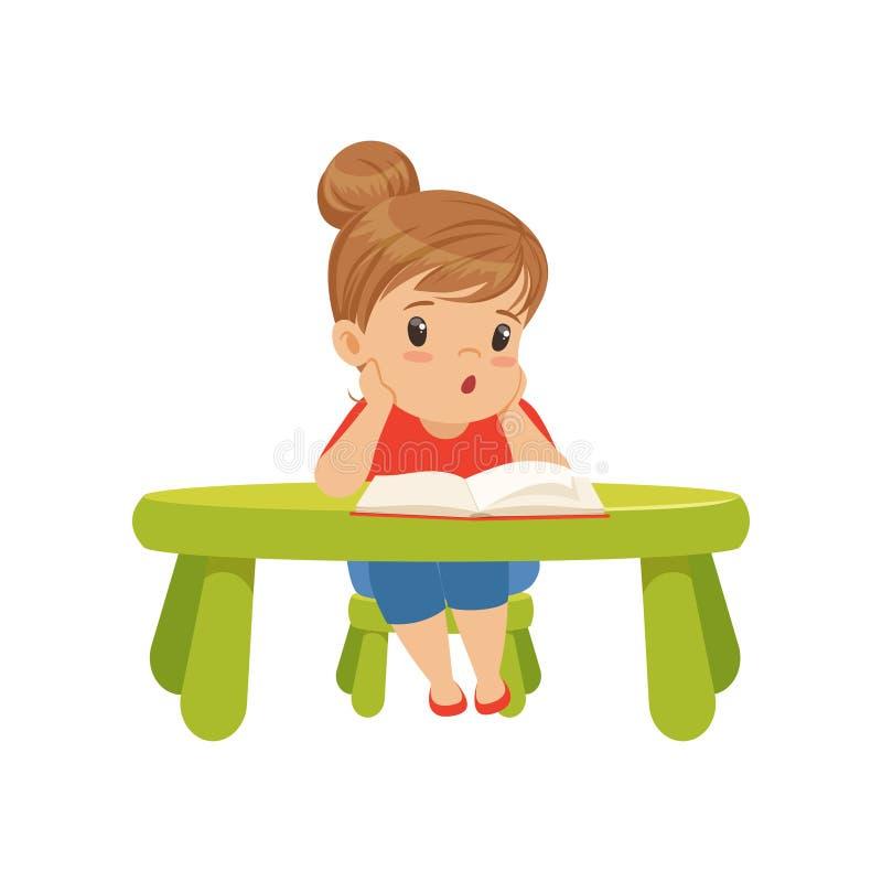Carácter precioso de la niña que se sienta en la tabla y que lee un ejemplo del vector del libro en un fondo blanco ilustración del vector