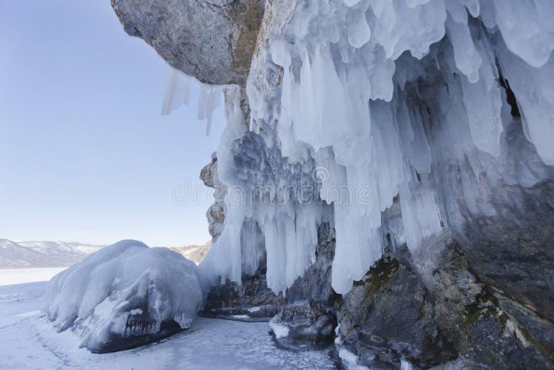 Carámbano, isla de Oltrek, el lago Baikal Paisaje del invierno imagen de archivo libre de regalías