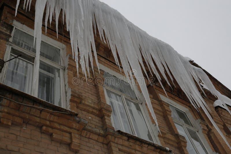 Carámbanos de enero en la ciudad de Saratov imagenes de archivo