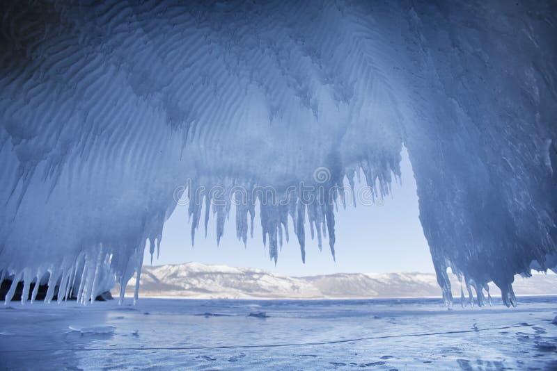 Carámbanos El lago Baikal, isla de Oltrek imagen de archivo