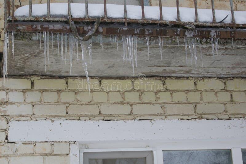 Carámbanos en el tejado foto de archivo