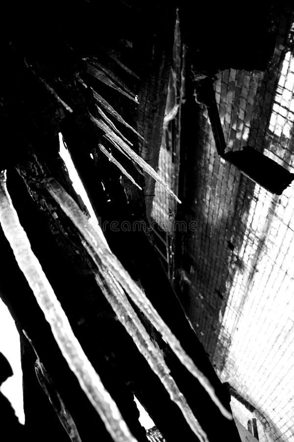 Carámbanos en fondo industrial foto de archivo libre de regalías