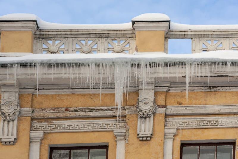 Carámbanos en los aleros del tejado foto de archivo
