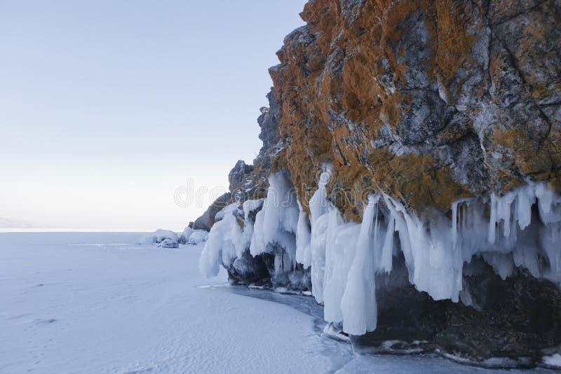 Carámbanos en roca de la isla de Oltrek Paisaje del invierno del lago Baikal imagen de archivo libre de regalías