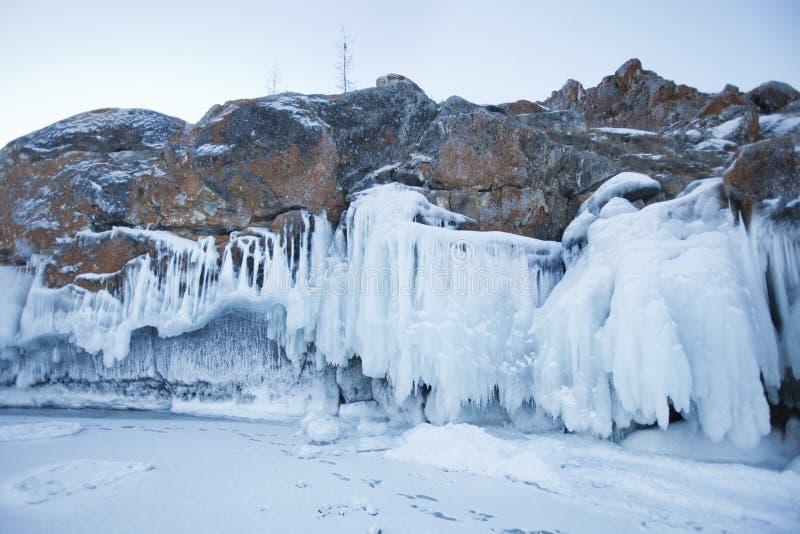 Carámbanos en roca Paisaje del invierno del lago Baikal imagen de archivo