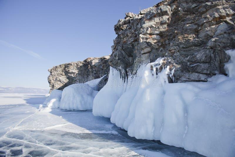 Carámbanos grandes Lago Baikal Invierno imagenes de archivo
