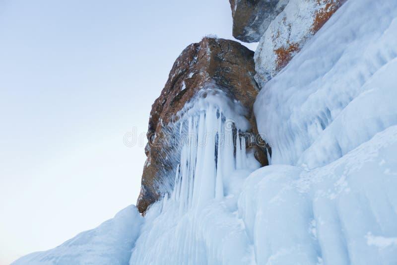 Carámbanos grandes Lago Baikal Naturaleza del invierno foto de archivo libre de regalías