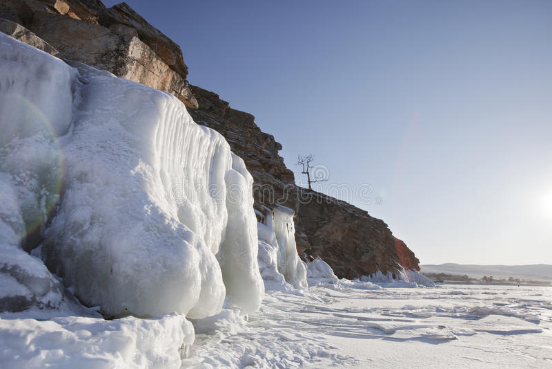 Carámbanos Roca de la costa del lago Baikal Paisaje del invierno foto de archivo libre de regalías