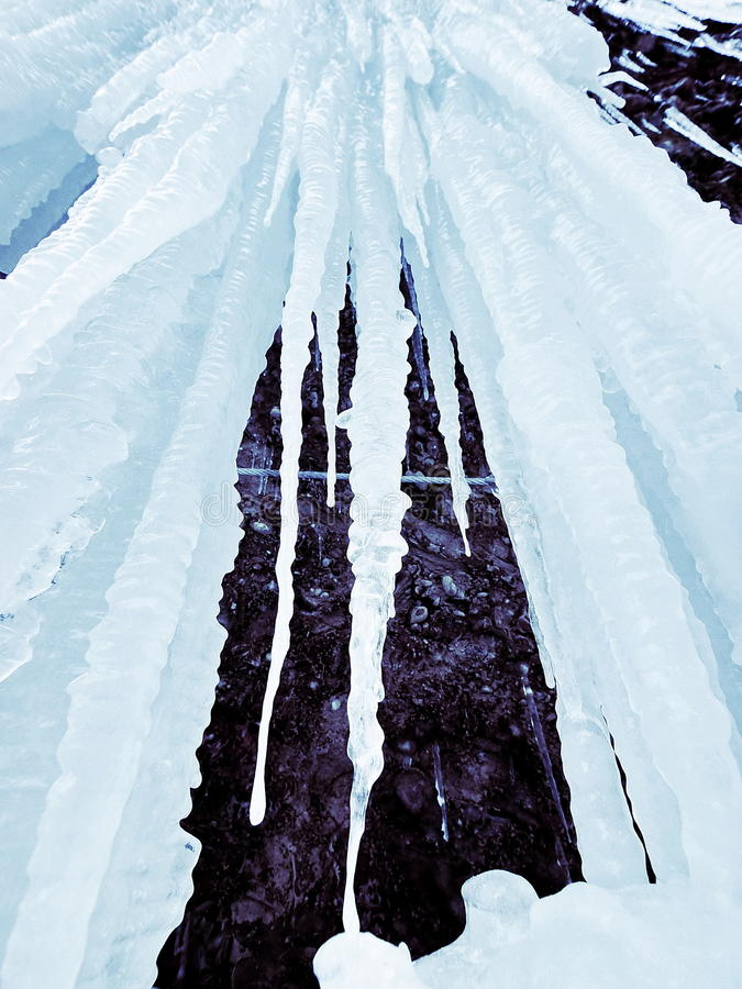 Carámbanos sobre el río congelado fotografía de archivo libre de regalías
