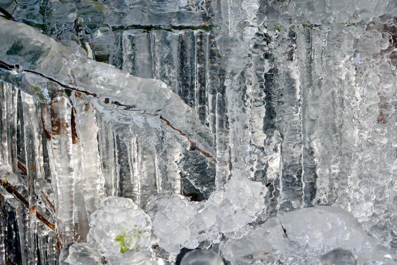 Carámbanos y formaciones de hielo en la roca foto de archivo