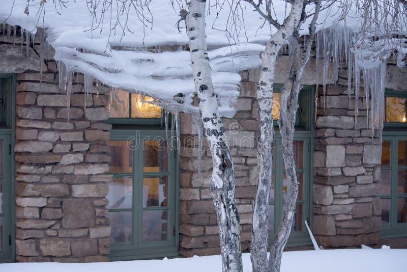 Carámbanos y luz con Windows de un edificio en Arizona septentrional durante el invierno fotos de archivo