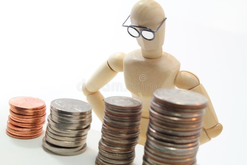 Caráter com os vidros que olham moedas dos E.U. fotografia de stock royalty free