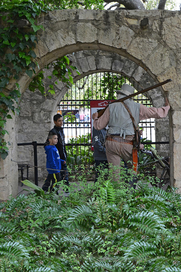 Caráter de Alamo e o público 2 imagem de stock royalty free