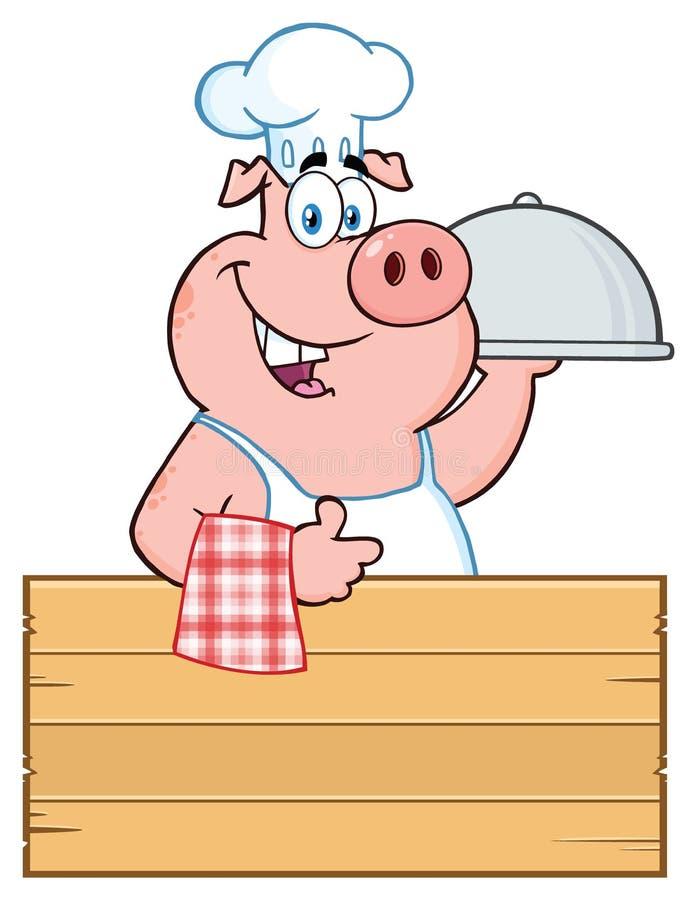 Caráter feliz de Pig Cartoon Mascot do cozinheiro chefe com uma bandeja da campânula sobre um sinal de madeira que dá um polegar  ilustração royalty free