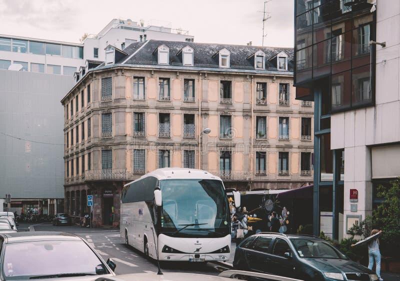 Car atomique d'autobus de Volvo sur la rue minuscule près de l'entrée d'hôtel photo libre de droits