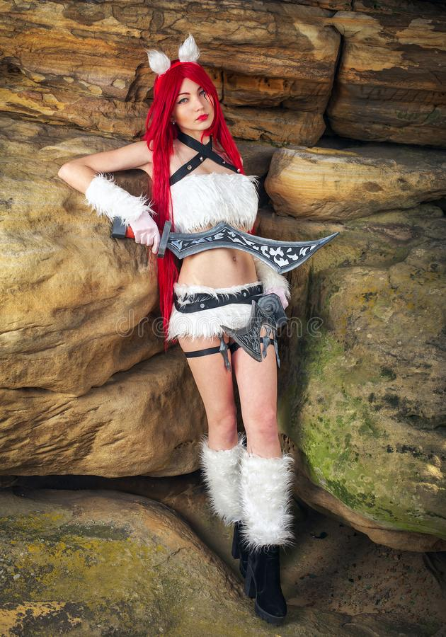 Car?cter femenino hermoso con dos espadas imagen de archivo