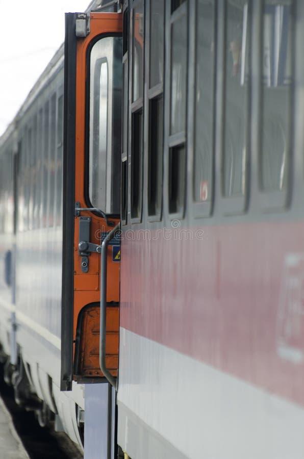 Car de train avec une porte ouverte photographie stock