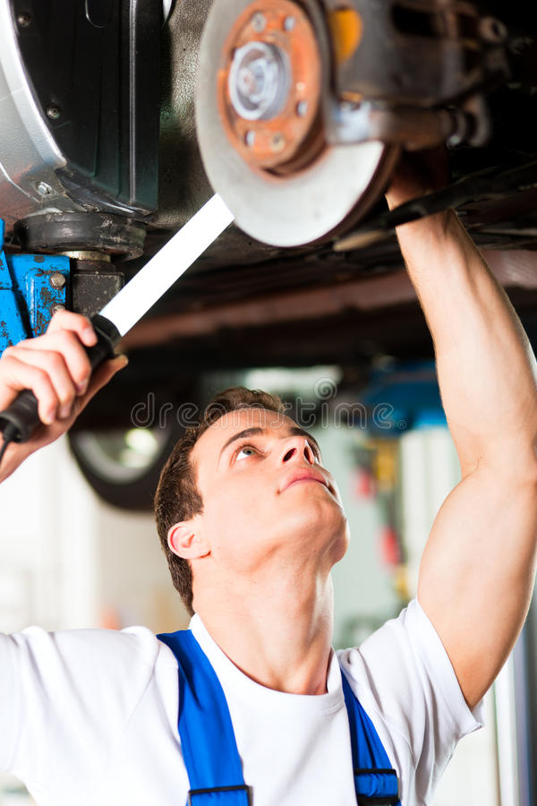 Free Car Mechanic In Workshop Royalty Free Stock Photography - 17917247