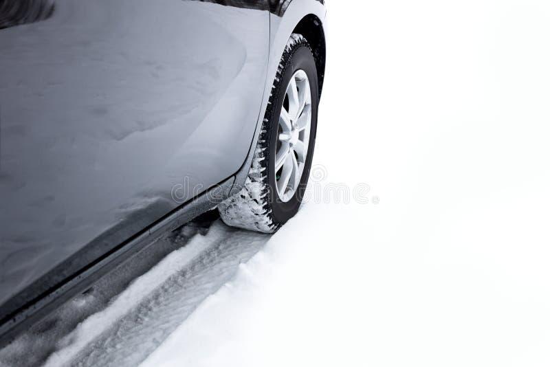 Car& x27; pneumáticos do inverno de s na temperatura fria extrema, tempo da neve fotos de stock