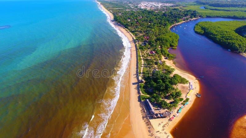 CaraÃva, Bahia, Brasile: Vista aerea di bella spiaggia con due colori di acqua fotografia stock