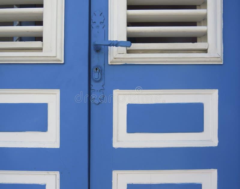 Caraïbisch blauw en witte toegangsdeur sluiten Tropische architectuur Martinique, Antilles French West Indies stock afbeeldingen