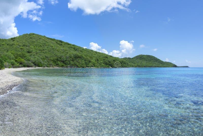 Caraïbisch strand met kalme overzees en groene heuvels royalty-vrije stock fotografie