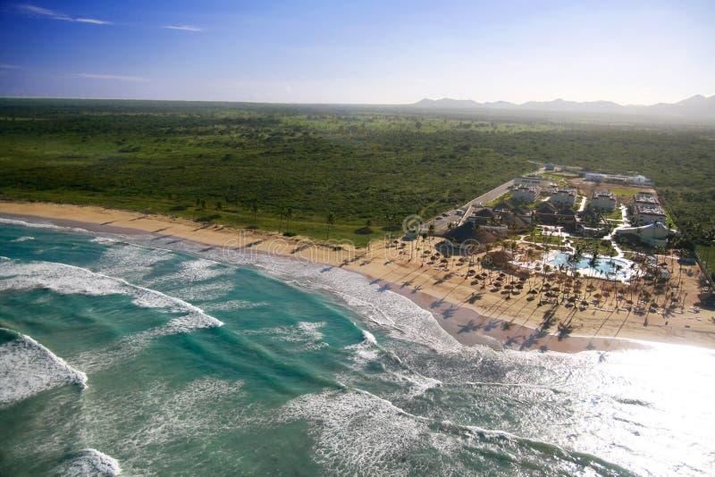 Caraïbisch strand met luxewoonplaats stock fotografie